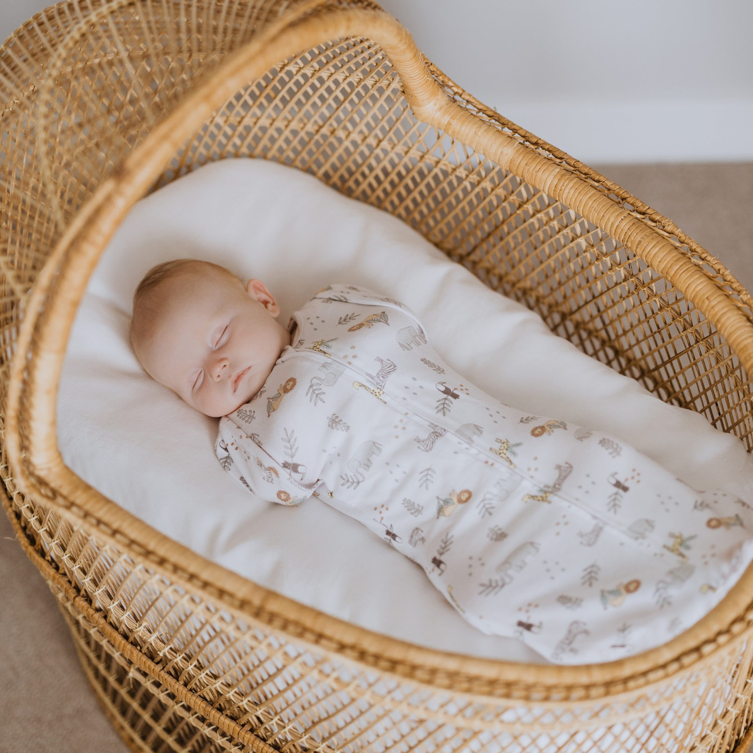 エイデンアンドアネイのエッセンシャルズに新商品。赤ちゃんの快適な睡眠をサポートする2つのスワドル登場