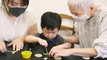 家族で職人のものづくりを体験。土屋鞄製造所が敬老の日ワークショップ開催